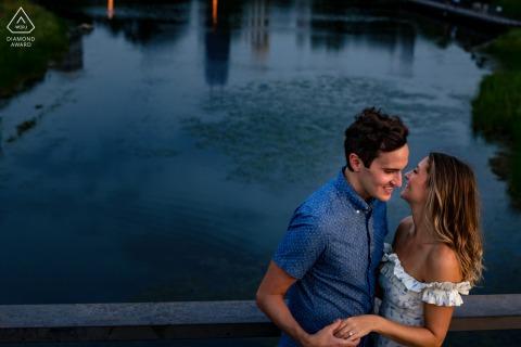 Les futurs mariés de Chicago se posent pour une image de fiançailles créée tout en partageant un rire pour capturer la bague pour montrer la nouvelle relation
