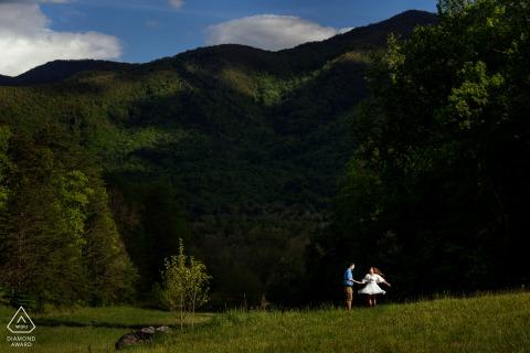 """Les futurs mariés d'Asheville, modélisant pour une photo de pré-mariage en Caroline du Nord par le photographe de Caroline du Nord """"J'ai utilisé les ombres de la montagne pour me donner un arrière-plan pour faire ressortir le couple. Elle a commencé à tourner et je l'ai capturée dans un grand moment"""""""