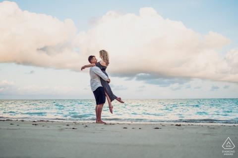 Maragogi futurs mariés, posant pour une séance photo de fiançailles avant le mariage du couple devant la mer