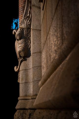 DC aanstaande bruid en bruidegom, poseren voor een Georgetown verlovingsbeeld met het paar is in silhouet ingelijst in een opening bovenaan de Exorcist Stairs in Georgetown