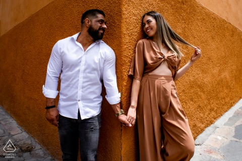 Calle Recreo, San Miguel de Allende environmental pre wedding image session with the couple in a corner and working with perspective to make this symmetrical photograph that is pleasant to the eye