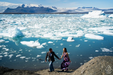 L'Islande en dehors de la séance photo avant le mariage d'un couple environnemental en marchant au-dessus de la mer et des icebergs