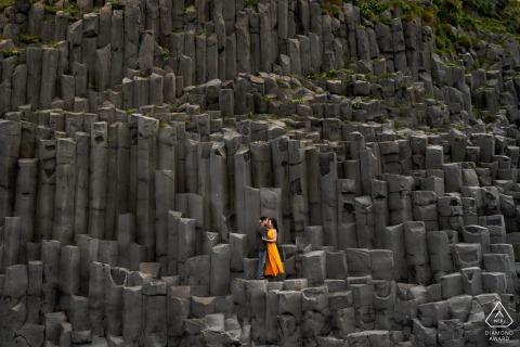 Portrait de photographie de fiançailles d'un couple d'Islande en plein air dans une mer de pierres à la carrière
