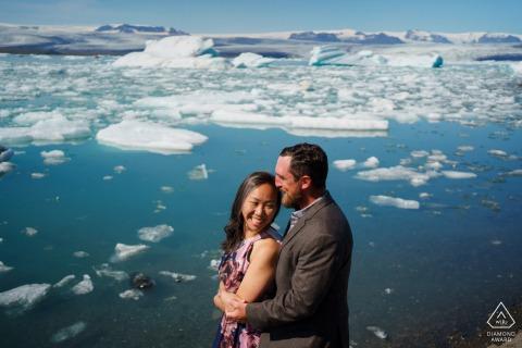 Séance d'image avant le mariage de l'environnement de l'Islande en hiver au bord de l'eau avec des icebergs