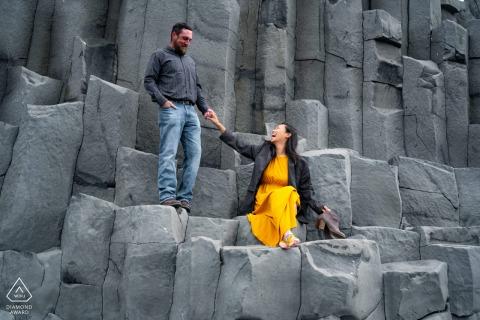 L'Islande en dehors de l'environnement couple prewedding séance photo à la carrière de roche dans une robe orange