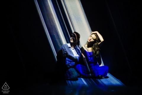 En el lugar Artechouse, sesión de retrato de compromiso de pareja de Nueva York con algunas rayas de luz Trippy