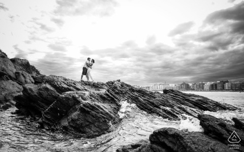 Praia do forte, Cabo Frio outside environmental couple prewedding photoshootshowing a BW cinematographic footprint in the rocks of the sea