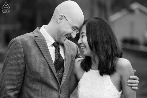 Pine Lake, GA à l'extérieur de la photo environnementale avant le mariage avec un couple riant tout en se touchant le front