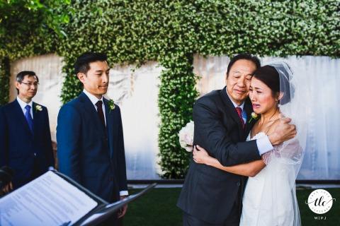 Emotionale Hochzeitszeremonie mit der Braut, die ihren Vater in der Villa Eva, Amalfiküste, Italien weint und umarmt