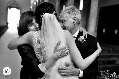 Eltern der Braut umarmen ihre Tochter bei ihrer Hochzeit Cattedrale di Gerace, Reggio Calabria Kirchenzeremonie