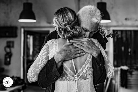 Un papà che abbraccia sua figlia il giorno delle nozze ad Arette, Francia