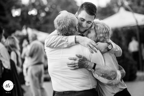 Le marié danse avec ses grands-parents à son mariage à Sofia, en Bulgarie