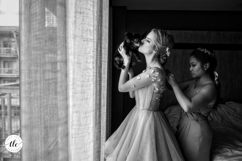 佛蒙特州新娘的杰伊·匹克(Jay Peak)婚礼摄影,她准备好时亲吻她可爱的狗