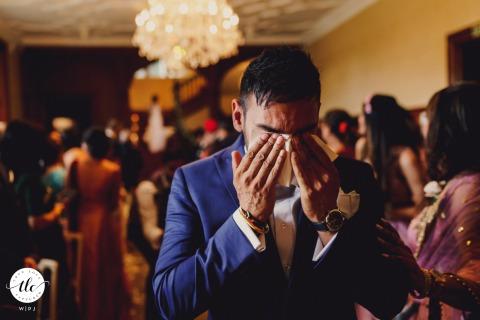 Froyle Park, London Hochzeitsbild des Bräutigams, das es bei der Zeremonie gehen lässt