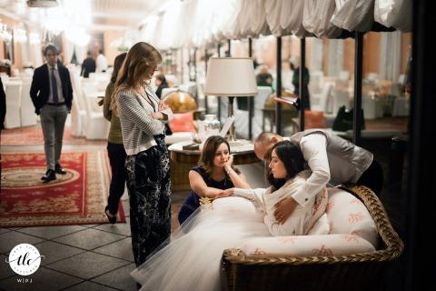 Villa Valenca, Rovato (Bs) trouwlocatie afbeelding van de bruidegom die zorgt voor de bruid die zich niet lekker voelt
