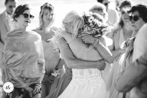 Scicli Beach La Fornace Italy huwelijksbeeld van een emotionele knuffel buitenshuis