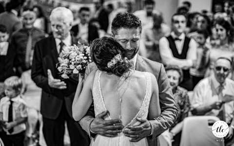 Auch, chiesa protestante, immagine del matrimonio in Francia di papà che tiene in braccio sua figlia ed entrambi stanno piangendo