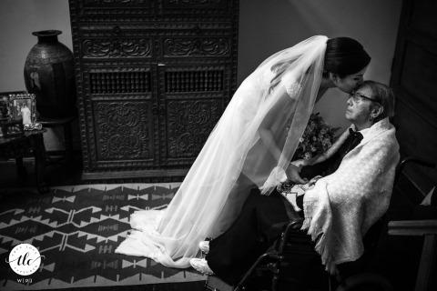 Die Braut gibt ihrer Großmutter an ihrem Hochzeitstag einen Kuss, bevor sie zur Zeremonie geht - Hochzeitsfotograf aus Miami, FL