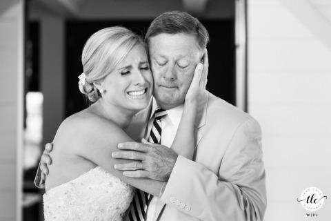 Nantucket Island, momento emocionante do dia do casamento de uma noiva MA e seu pai compartilhando um abraço emocionado e choroso antes da cerimônia