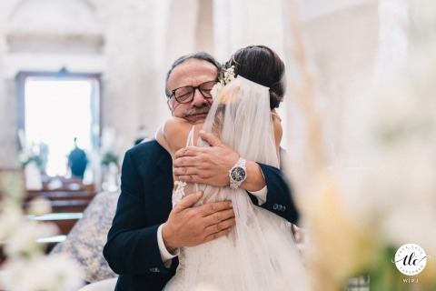 Puglia father-daughter wedding moment picture of a hug