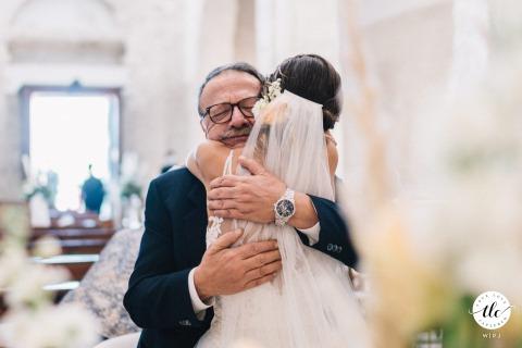 Imagen de un abrazo en el momento de la boda de padre e hija de Puglia