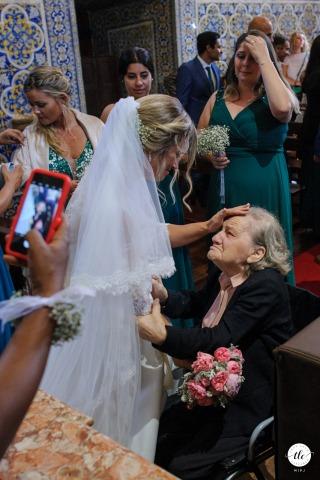 Moment de mariage amoureux à Lisbonne créé alors que la mariée salue sa grand-mère émotionnelle après son mariage
