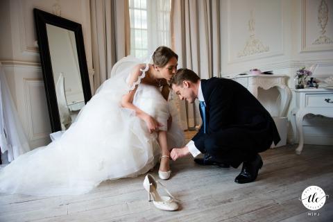 Jour du mariage à Hong Kong, spectacle d'amour, photographie du marié aidant la mariée avec ses chaussures
