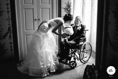 Imagen del momento de la boda de Villa Pestalozza, Miasino creada en BW mientras la novia acaricia el rostro de su padre enfermo antes de irse a la ceremonia de la boda