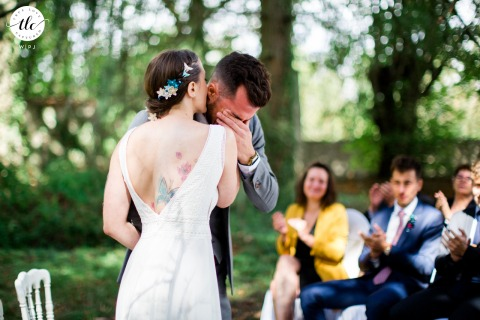 Seine-et-Marne emotional wedding image showing strong emotions at the outdoor ceremony