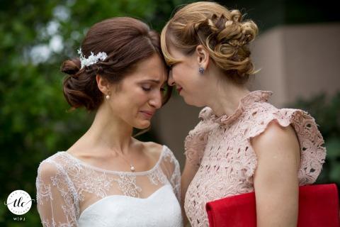 Domaine des Charmilles el día de la boda momento de emoción imagen que muestra a la novia de Francia y su hermana tan conmovidas antes de la boda