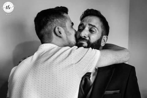 Espagne photographie d'un mariage à Tolède - Castilla La Mancha Véritable moment de pleurs émotionnel en famille à se préparer