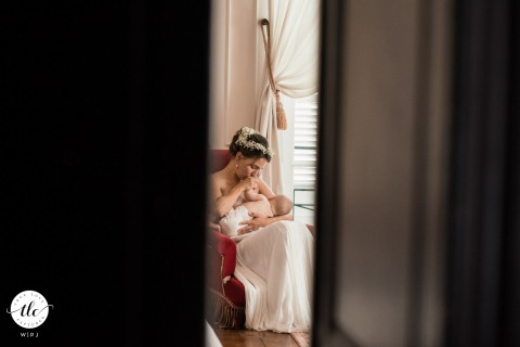 Château de Monbet, France reportage de mariage photographie de l'amour attentionné d'une jeune mariée qui allaite son bébé avant la cérémonie