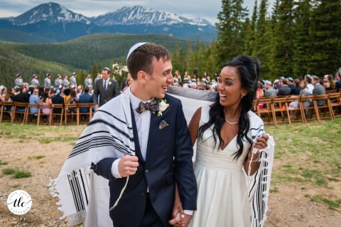 Timber Ridge Lodge à Keystone, Colorado, véritable image de mariage des mariés partageant un regard excité pendant la récession