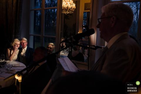 Holandia Państwo młodzi stają się emocjonalni, gdy ojciec czyta swoją mowę w bardzo słabym świetle