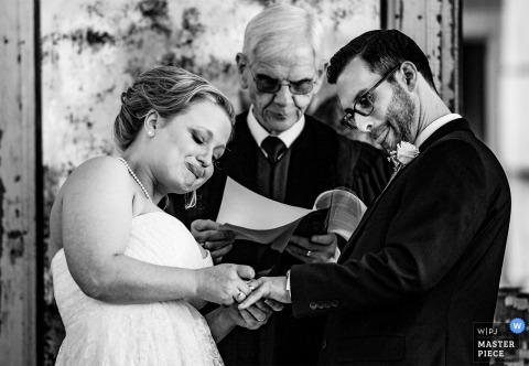 Panna młoda kładzie pierścień na palcu stajennych Parlor w Manns Chapel