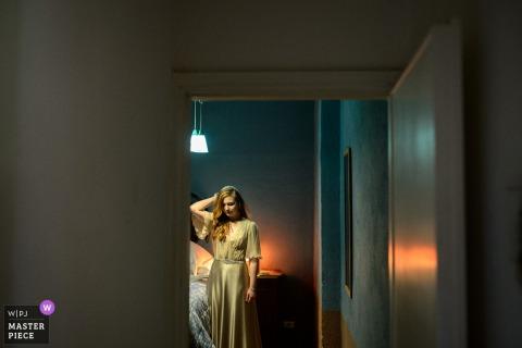 Mariée Rome dans une chambre se préparer avant le mariage