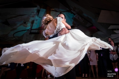 Cocentaina groom lifts the bride while they dance at the reception