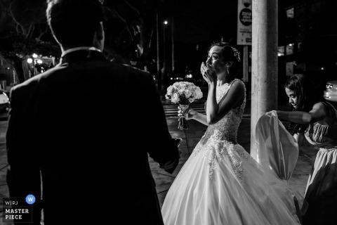 利馬,秘魯新娘在婚禮旁邊新郎得到情感