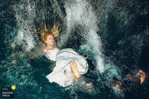 Moscow bride jumps into the water while in her dress