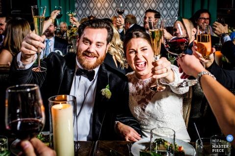 The Boarding House - Hochzeit in Illinois Foto von Braut und Bräutigam, die Gäste mit Getränken in der Hand rösten