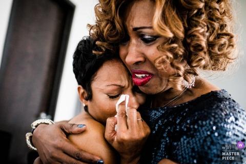 19 East Chicago Illinois Hochzeitsfoto von Emotional Bride umarmt und er Terfel von