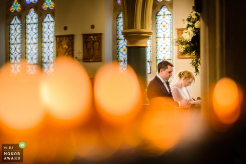 Guernsey Church-Hochzeitsreportagefotografie - Braut und Bräutigam am Altar