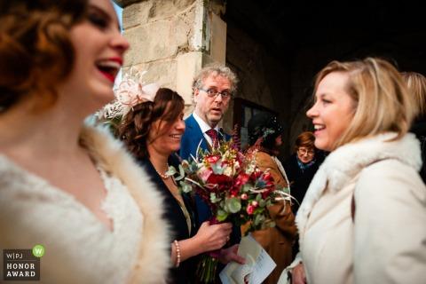 Stratford-upon-Avon, photographe de reportage de mariage au Royaume-Uni - la mariée est tout sourire et toute joie