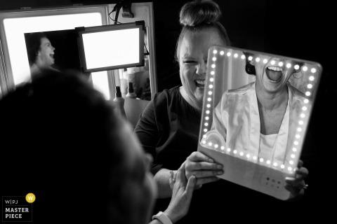 Yosemite, California, la sposa sorride mentre la vede truccarsi allo specchio