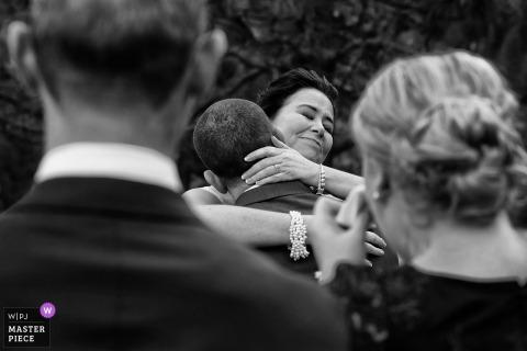 Yosemite, California, sposa e sposo si abbracciano mentre gli ospiti si emozionano durante la cerimonia