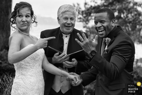 Il lago Tahoe, Nevada sposa e sposo ridono dopo aver indossato i loro anelli alla cerimonia all'aperto