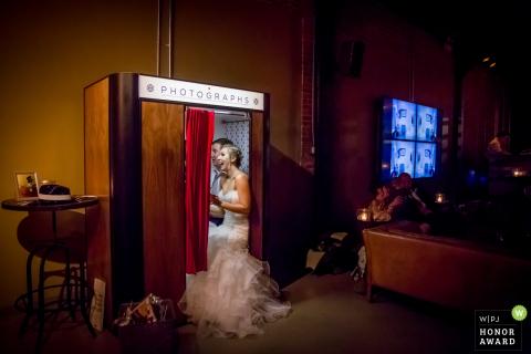 Les mariés de Chicago, IL dans un photomaton lors de leur réception