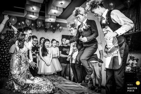 Pan młody Zhengzhou Henan i drużbowie tańczą przed panną młodą