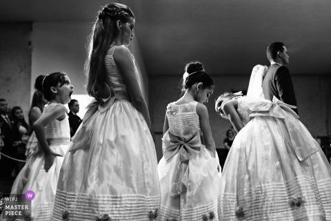 Goiania-Mädchen, die während der Hochzeitszeremonie sprechen und gähnen