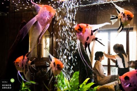 Fotograf ślubny Cagliari, Sardynia, Włochy - panna młoda makijażu zastosowała i sfotografowała przez akwarium
